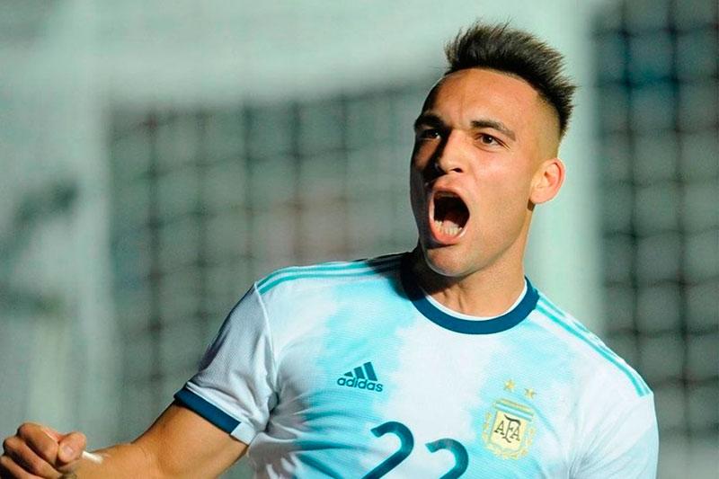 Lautaro Martinez de taco, a los 10 minutos del primer tiempo, abre el marcador y pone a Argentina 1-0