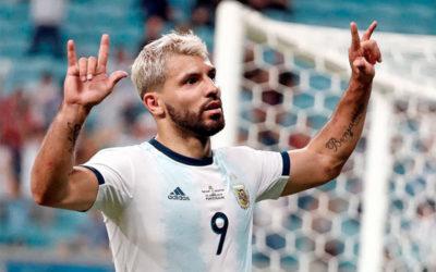 Agüero pone en ventaja a Argentina con una avivada de Messi