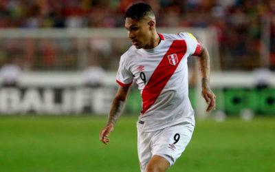Gol de Perú! Paolo Guerrero, de penal, marca el empate tras una mano de Thiago Silva dentro del área corroborada por el VAR.