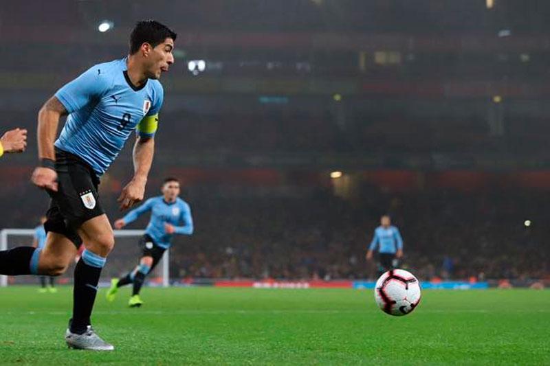 Con la clásica por arriba Uruguay consigue el tercero. El máximo goleador de la historia de la sección marca en el final del primer tiempo